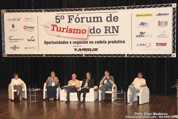 """Professores das universidades UFRN, UERN,  UNP e do IFRN, apresentaram o painel """"Academia, Turismo e Sociedade""""."""