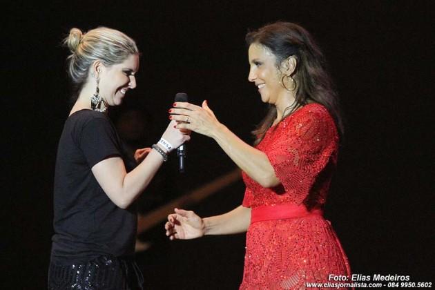 """A apresentadora Priscila Freira (Band Natal), roubou a cena no show quando Ivete chamou após ser chamada ao palco pela cantora. """"Venha minha galega, baianinha da silva,"""