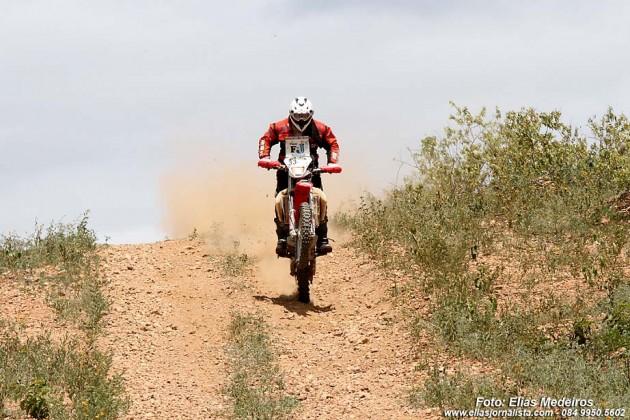 Categoria Motos levantou poeira durante e etapa Currais Novos - Natal.