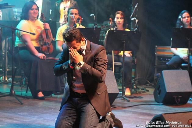 Momento de emoção, do cantor Mikéias Cruz durante o show.