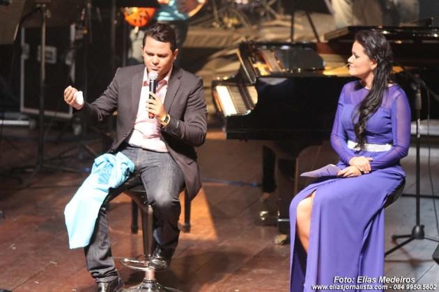 O cantor Mikéias Cruz responde perguntas feitas pela jornalista Juliana Celi (Rede TV RN).