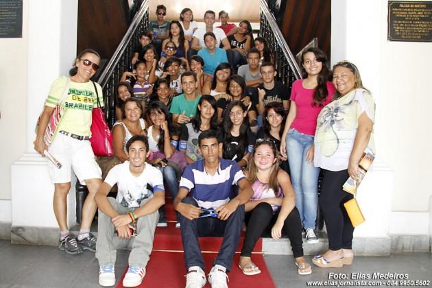O educador Paulo Oliveira, com a turma da Escola Municipal Municipal Irmã Arcângela.