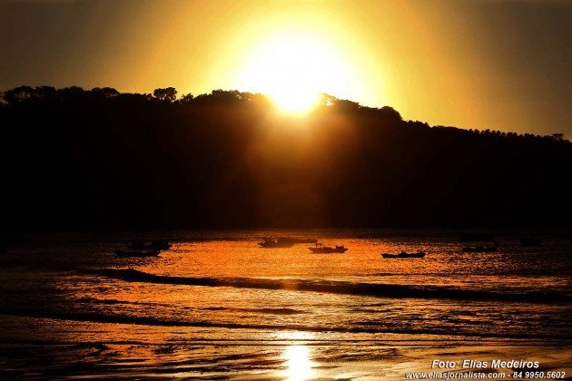 Final de tarde o espetáculo do por do sol na praia do Porto.