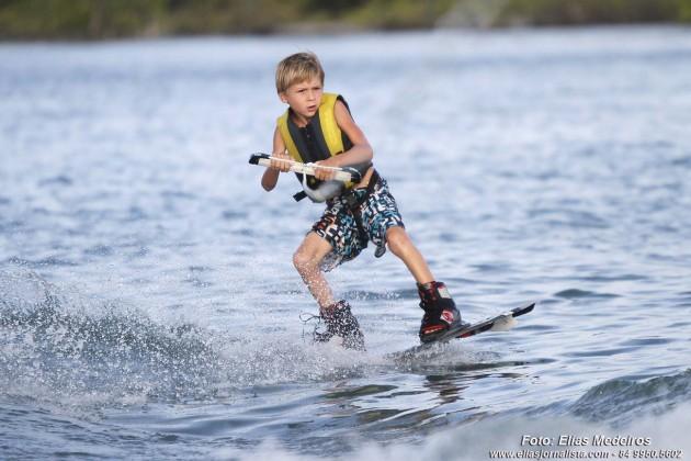 O pequeno Bart Yantorno. de 7 anos. pratica Wekeboard com desenvoltura.
