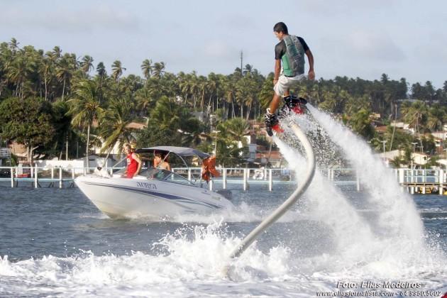 No Flyboard a novidade do verão potiguar. O praticante pode voar até dez metros de altura, além de ter a liberdade de executar manobras variadas.