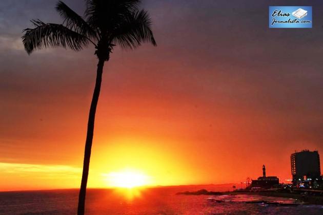 Bastante movimentada a Praia Farol da Barra, em Salvador. Durante o dia, o vaivém dos turistas no famoso farol compete com os moradores e apreciadores do local que produz o por do sol mais lindo da cidade.