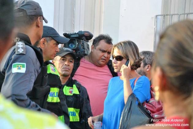 Repórteres da Inter TV Cabugi em Natal-RN são cercados por um grupo de manifestantes que tentaram impedir a cobertura jornalistica por ser da filiada da Rede Globo .