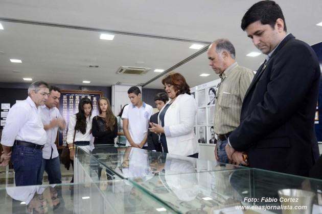 A coordenadora do Memorial do Legislativo, a jornalista Bernadete Oliveira, acompanhando visita do Parlamento Jovem da Câmara de São paulo do Potengi. (Foto: Fábio Cortez).