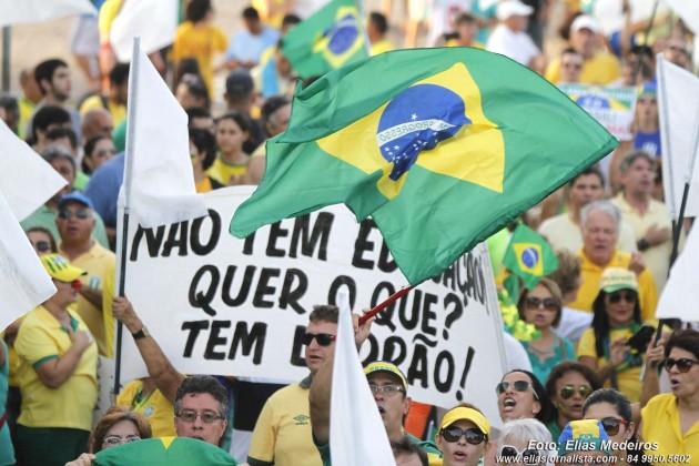 Manifestação Fora Dilma reúne cerca de 10 mil pessoas em Natal.