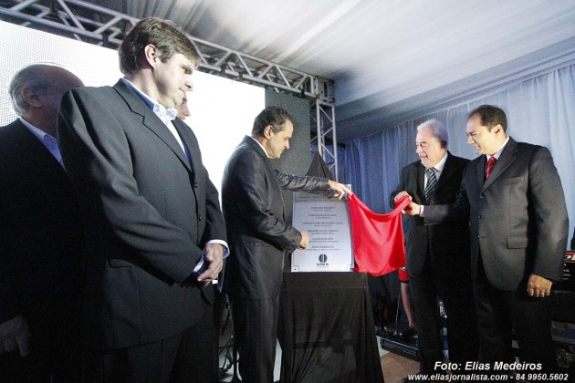 O vice-presidente do grupo Inter TV, Henrique Alves, descerrou a placa de inauguração da Inter TV Costa Branca.