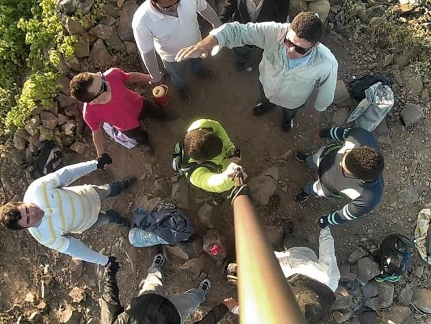 Momentos de oração com evangélicos, em cima do Pico do Cabugi, em Lajes RN.