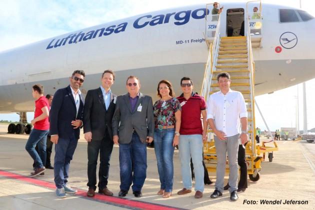 Prefeito de São Gonçalo e secretário de Turismo de Natal acompanham chegada do primeiro voo cargueiro da Lufthansa.