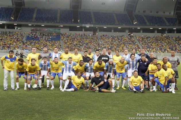 As seleções masters do Brasil e Argentina pousaram juntas para foto na Arena das Dunas.