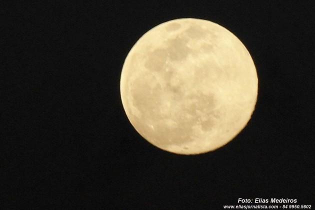 Lua azul fotografada durante o por do Sol.