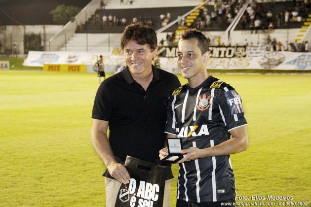 O jogador do Corinthians, Rodriguinho foi homenageado anes do início da partida