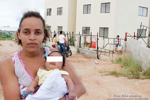 A senhora Raquel Justino pede socorro por um enxoval para seu filho recém nascido. Ela tem outra criança especial que está com ela no condomínio.