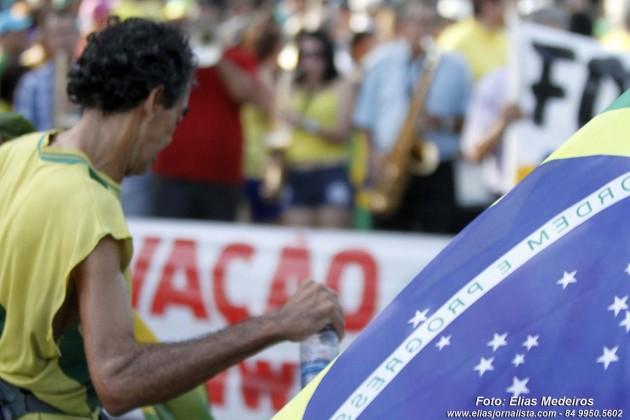 Protesto contra Dilma e corrupção reúne milhares de pessoas em Natal
