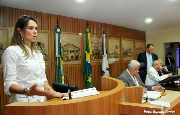 Júlia Arruda propõe criação do Dia Municipal do Livro Infantojuvenil