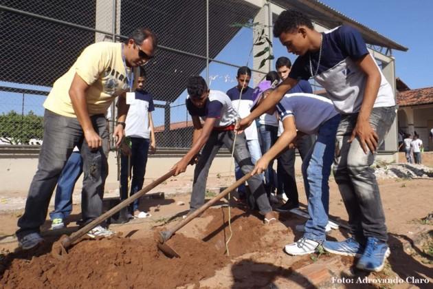 """Projeto """"Arborização nas Escolas"""" incentiva criança a preservar o meio ambiente ."""