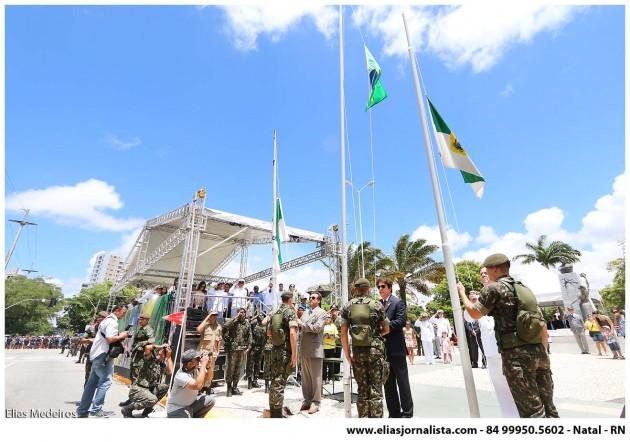 Governador participa do desfile cívico-militar e homenageia policiais do RN .