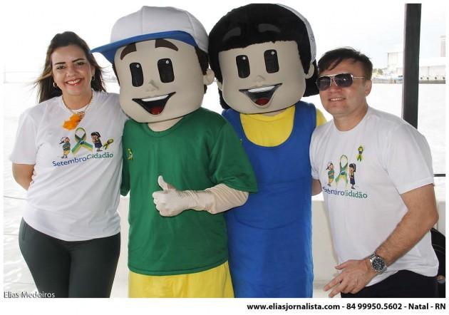 O juiz Jarbas Bezerra e a advogada Lígia Limeira com os dois personagens da campanha Edu e Cidinha.