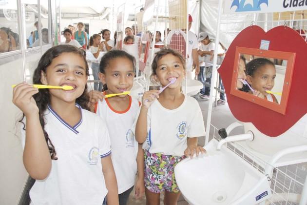 Crianças de escolas e creches locais receberam kits e noções de saúde bucal,
