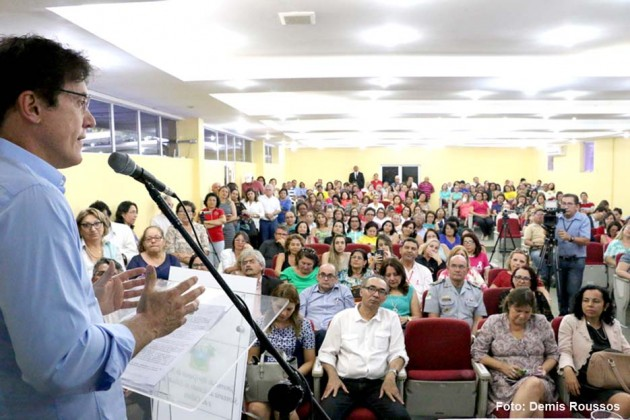 Governador concede progressão salarial para mais de 11 mil professores do Estado.