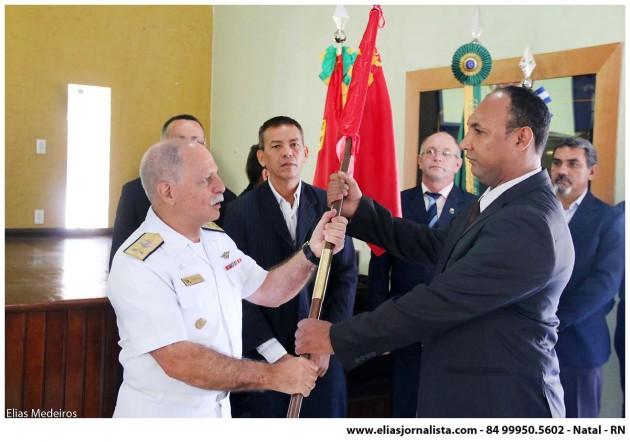 O presidente da AVCFN Seção Fortaleza, recebe o bastão do Corpo de Fuzileiros Navais do Almirante Elkifuri, presidente nacional da AVCFN.