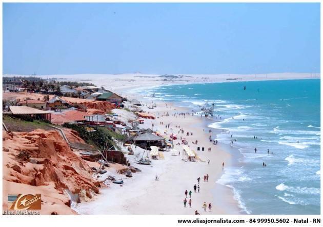 A sua paisagem é caracterizada por dunas e falésias avermelhadas de até trinta metros acima do nível do mar.