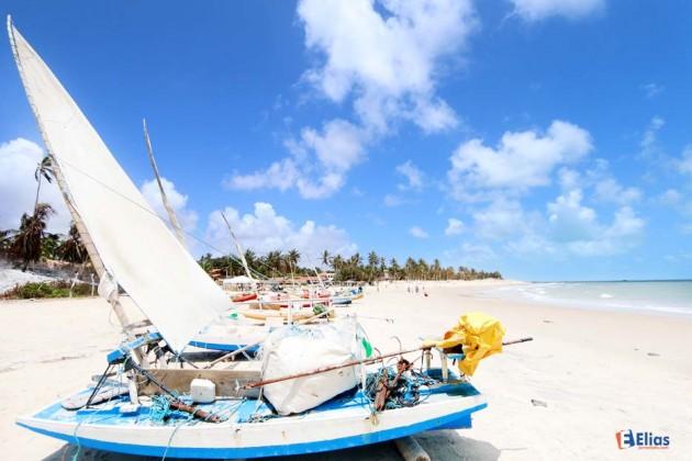 a praia de Peróbas, é uma pequena vila de pescadores artesanais que em suas frágeis embarcações desafiam o mar em busca de lagosta, camarão, peixes e outros crustáceos.