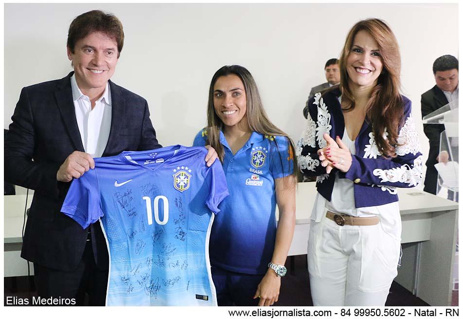 7ff5c24c8fd66 Marta entregou ao governador a camisa 10 da Seleção autografada por todas  as jogadoras.