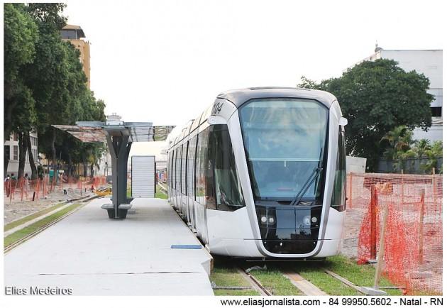 O Veículo Leve Sobre Trilhos (VLT) começa a circular no primeiro semestre do ano que vem no Centro do Rio, mas neste sábado (21), algumas pessoas já conseguiram experimentar o novo transporte, entre eles uma equipe do RJTV.