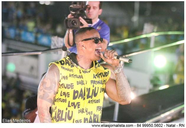 Redação/Portal de Notícias e Fotojornalismo/eliasjornalista.com  O encerramento da terceira noite do Carnatal 2015 ficou por conta do bloco Swingaê, puxado pelo ex-vocalista do Parangolê, Léo Santana.