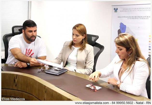 O presidente do Sindicato dos jornalistas entrega a secretária de Segurança e Defesa Social, Kalina Leite.