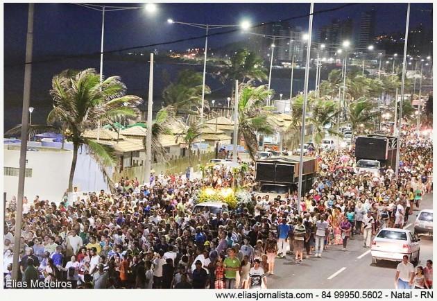 Milhares de fiéis participam da Procissão de Reis Magos em Natal.