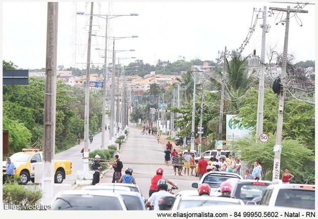 Polícia Militar interdita estrada da Redinha na altura do Rio Doce.