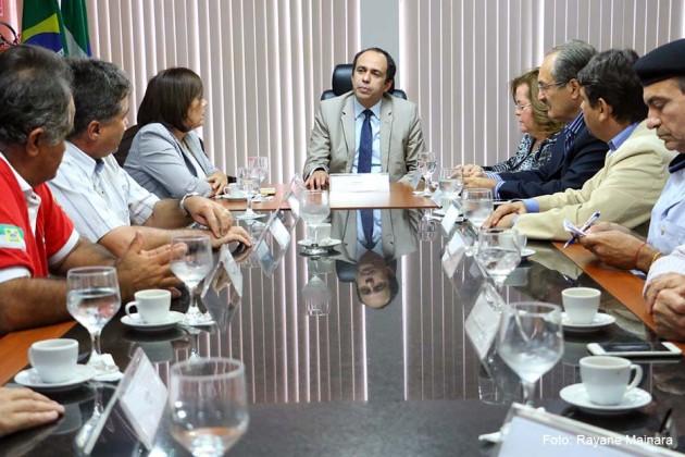 Governador em exercício recebe grupo de produtores rurais.