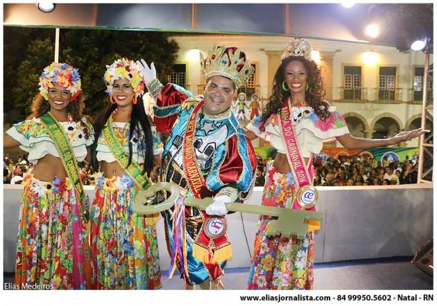 """Comandante da folia pelos próximos dias, o Rei Momo """"Duzinho"""", 38 anos Rainha do Carnaval, Ana Caroline Amaral, e as princesas Natale Paim e Rosangela Gomes."""