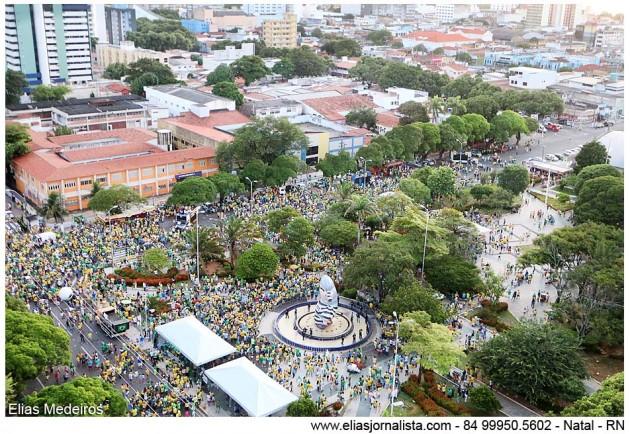 PM acompanhou protesto na Praça Cívica, na Zona Leste da cidade. Houve cartazes de apoio a Sérgio Moro e contra a presidente e corrupção