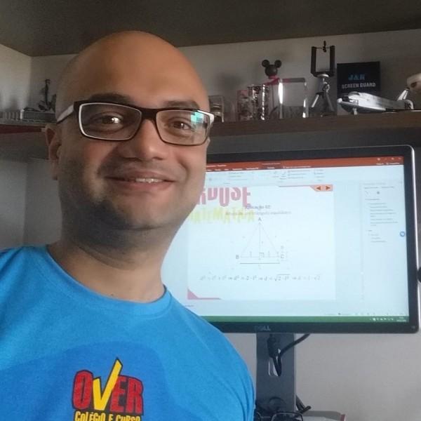 Professor utiliza transmissão ao vivo do Facebook para esclarecer dúvidas de alunos e internautas. (Foto: Ulysses Freire).