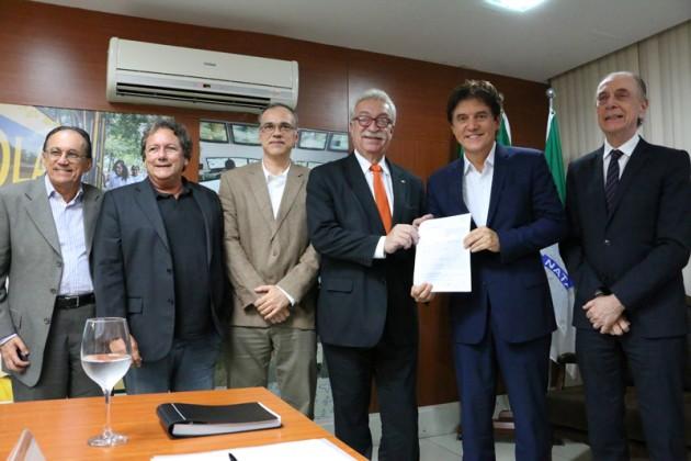 Governador assina termo de parceria com Empresa de Serviços Hospitalares para software de gestão na rede pública. (Foto: Ivanizio Ramos).