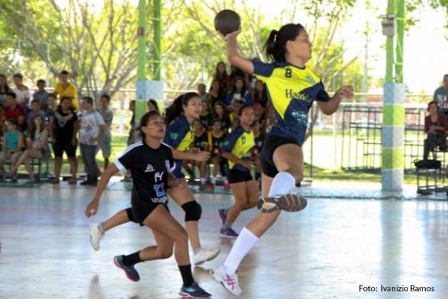 Projeto atende alunos da rede estadual com prática de esporte.