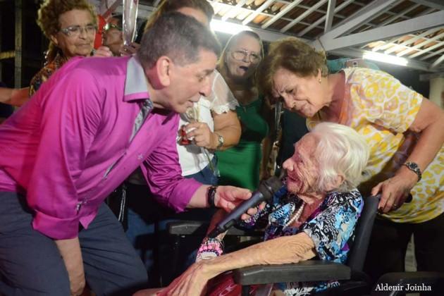 Luiz Almir contagiou os idosos com seu repertório musical de seresta.