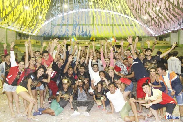 Os componentes da Lume da Fogueira comemoram o tricampeonato no Festival Inter TV Cabugi.