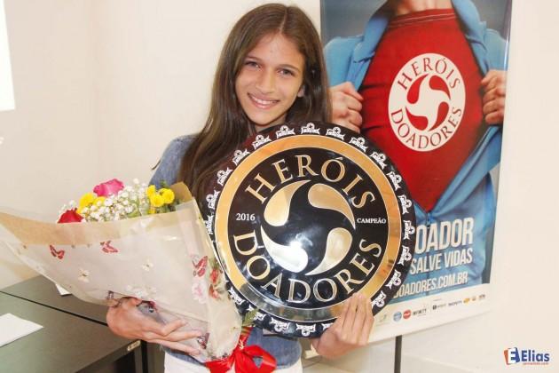 """Eduarda, 13 anos, sobrevivente após um transplante é o símbolo da campanha """"Heróis Doadores""""."""