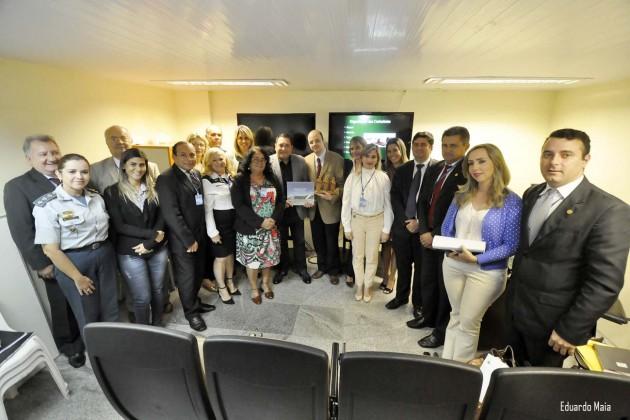 Ezequiel Ferreira homenageia diplomata durante curso de atualização em cerimonial.
