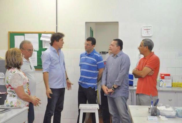 Em Currais Novos, Ezequiel leva governador Robinson para visita ao Hospital Regional e consegue ações emergenciais. (Foto: Demis Roussos).