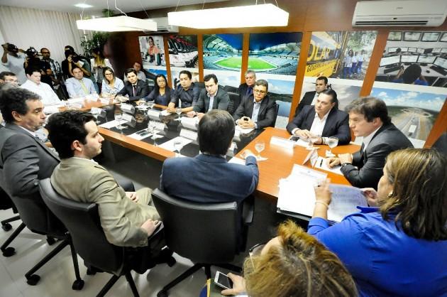Após encaminhamento de Ezequiel, governador discute pagamentos a cooperativas.