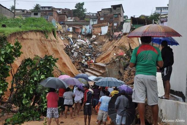 Foto: Adriano Abreu - Desabamento em Mãe Luíza - Natal RN.