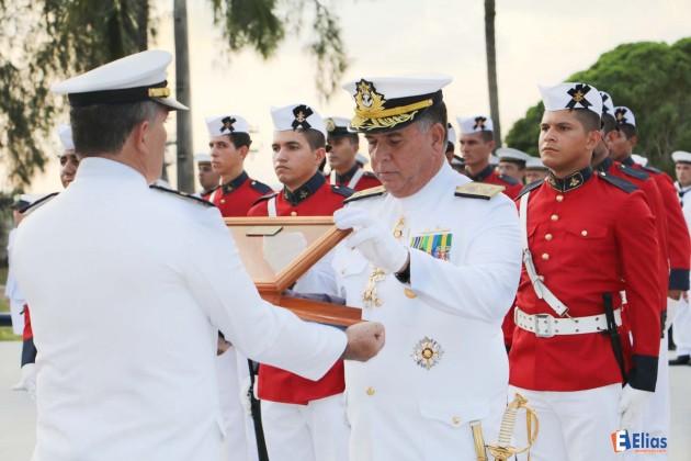 O Vice-Almirante Afrânio recebe a flâmula de Comando e se despede do Com3ºDN.